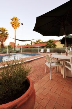 Relax by the pool & BBQ area at the Hospitality Inn Kalgoorlie